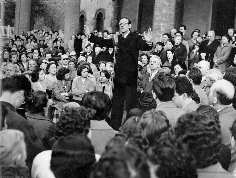 1956 04 comizio davanti alla chiesa del Baraccano - Bologna