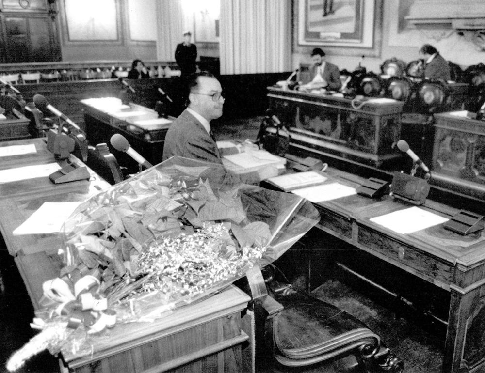 1996 12 16 fiori sullo scranno in Sala Consiglio comunale